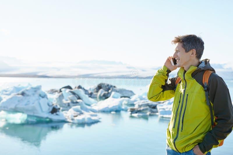 有背包的人在冰盐水湖在冰岛 免版税库存照片