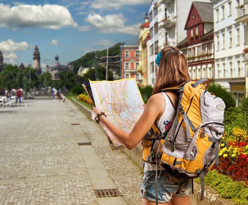 有背包的俏丽的旅客妇女在城市 库存图片