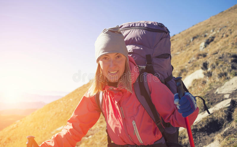 有背包的勇敢的女孩 库存图片