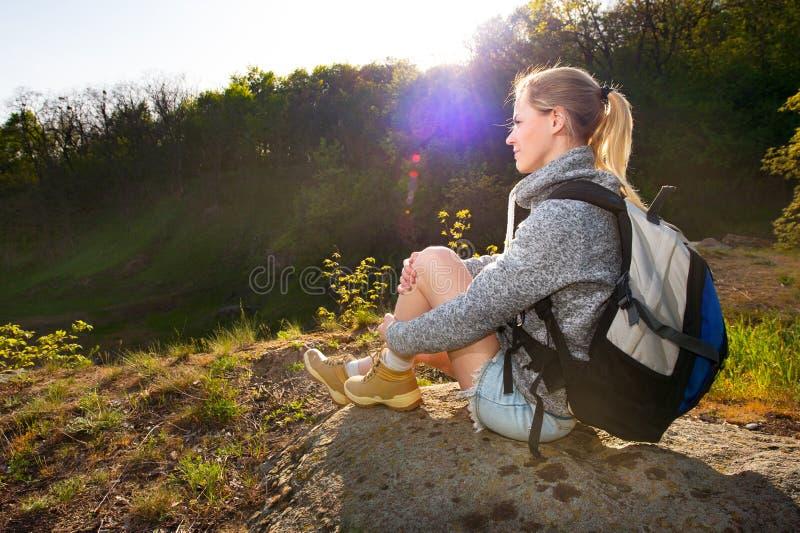 有背包的妇女享受在一次远足的看法在山 Tr 库存图片