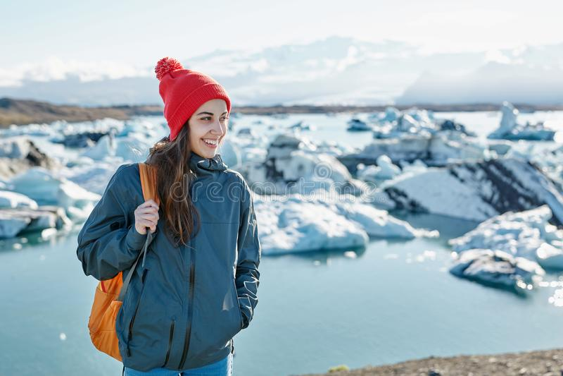 有背包的妇女在冰盐水湖在冰岛 图库摄影