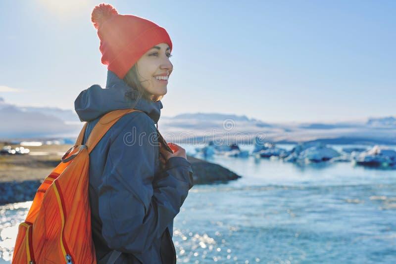 有背包的妇女在冰盐水湖在冰岛 库存照片