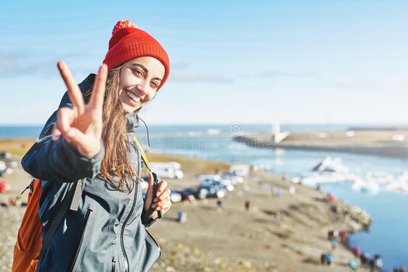有背包的妇女在冰盐水湖在冰岛 免版税库存照片