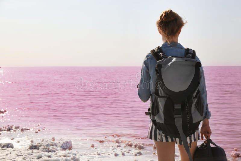 有背包的妇女在海岸 免版税库存照片