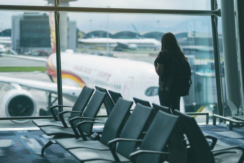 有背包的妇女旅客在机场 免版税图库摄影