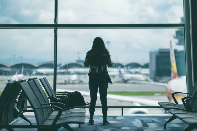 有背包的妇女旅客在机场 免版税库存图片