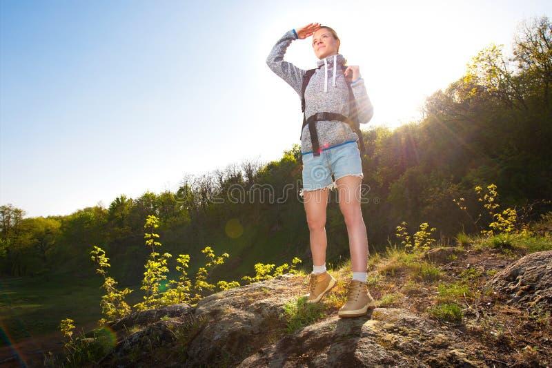有背包的妇女游人在一次远足的路线在山的 图库摄影