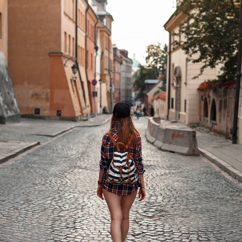 有背包的妇女走在城市附近的 欧洲旅行 库存照片