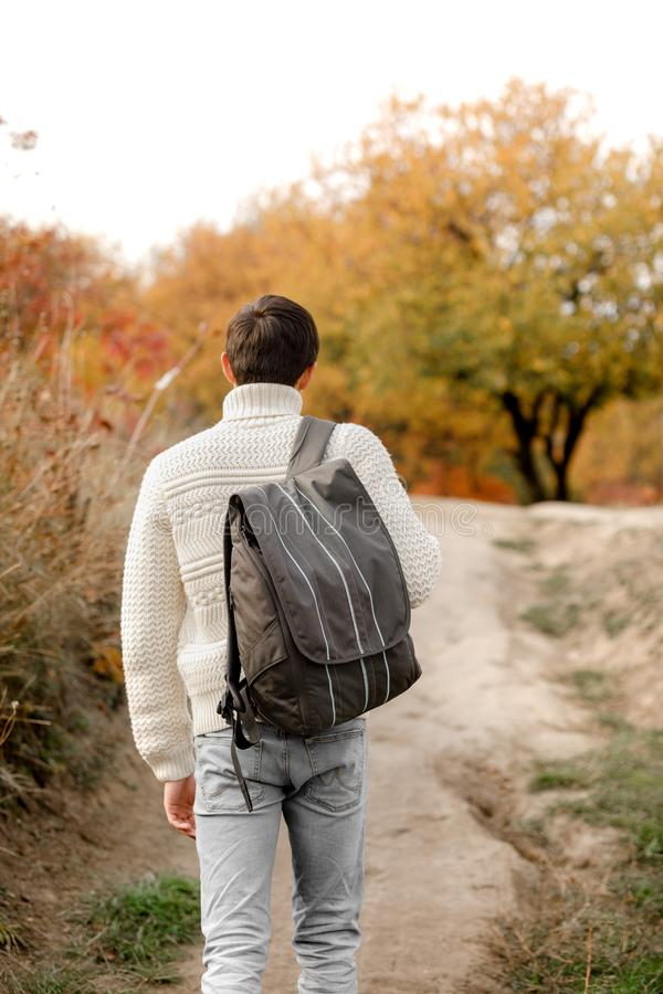 有背包的年轻人游人走足迹道路的 免版税图库摄影