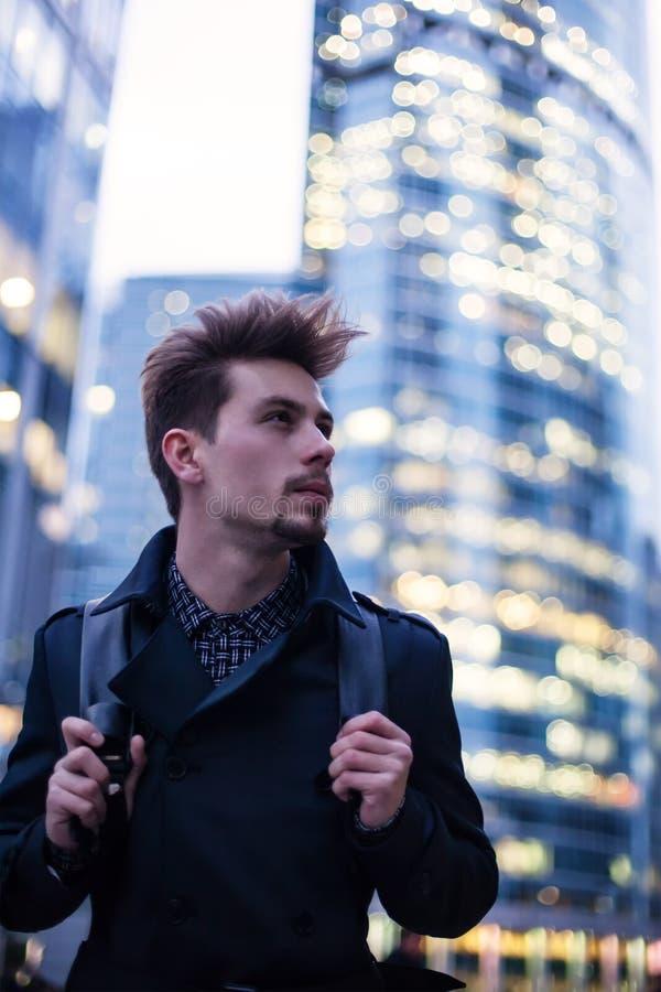 有背包的年轻英俊的人在大现代城市 免版税图库摄影