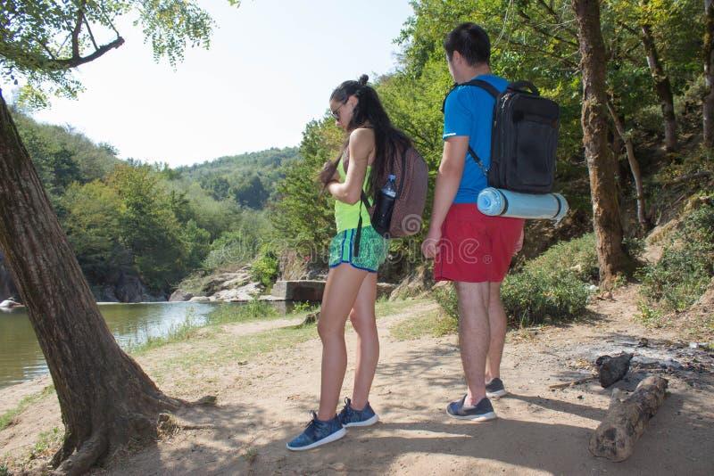 有背包的年轻远足者女孩末端男孩 Eco旅游业和健康生活方式概念 免版税库存图片