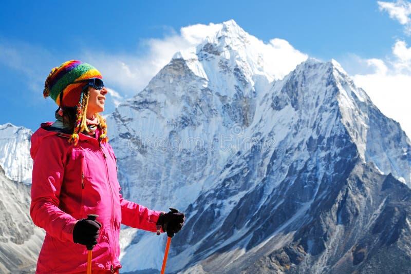 有背包的徒步旅行者在喜马拉雅山山,尼泊尔 活跃体育概念 免版税库存图片