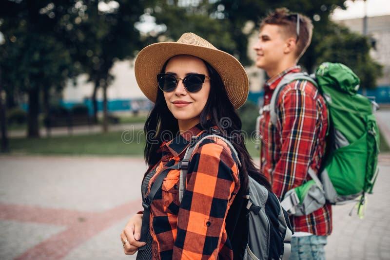 有背包的徒步旅行者在游览在旅游镇 图库摄影