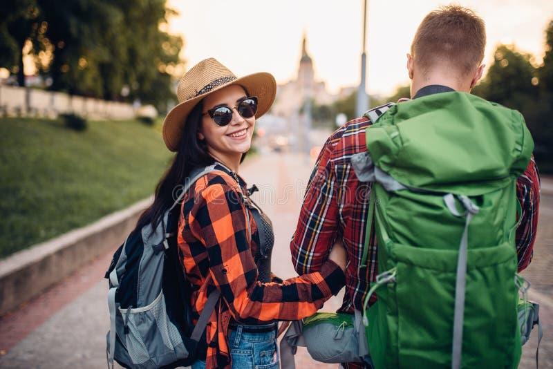 有背包的徒步旅行者在游览,后面看法 图库摄影