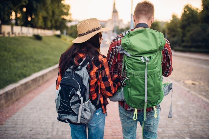 有背包的徒步旅行者在游览,后面看法 免版税库存图片