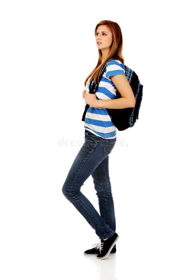有背包的愉快的美丽的青少年的妇女 免版税图库摄影