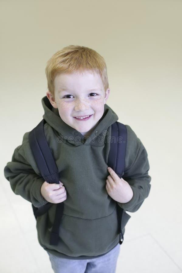 有背包的愉快的年轻男孩 免版税库存照片
