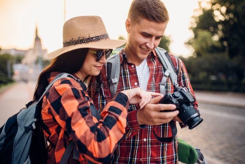 有背包的旅客看拍的照片 免版税库存图片