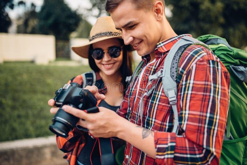 有背包的旅客看拍的照片 免版税库存照片