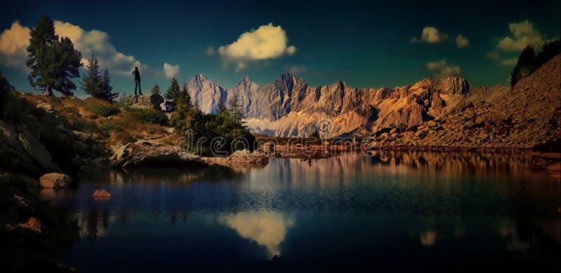 有背包的旅行家人享受在山的美丽的景色 免版税库存照片