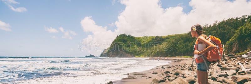 有背包的旅行暴涨妇女旅游徒步旅行者在海滩横幅 免版税库存图片
