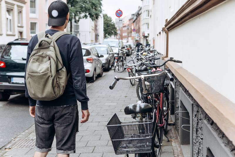 有背包的游人在一个不熟悉的城市寻找被预定的网上适应 免版税库存照片