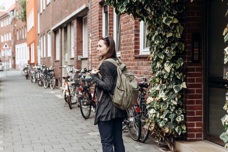有背包的游人在一个不熟悉的城市寻找被预定的网上适应 图库摄影
