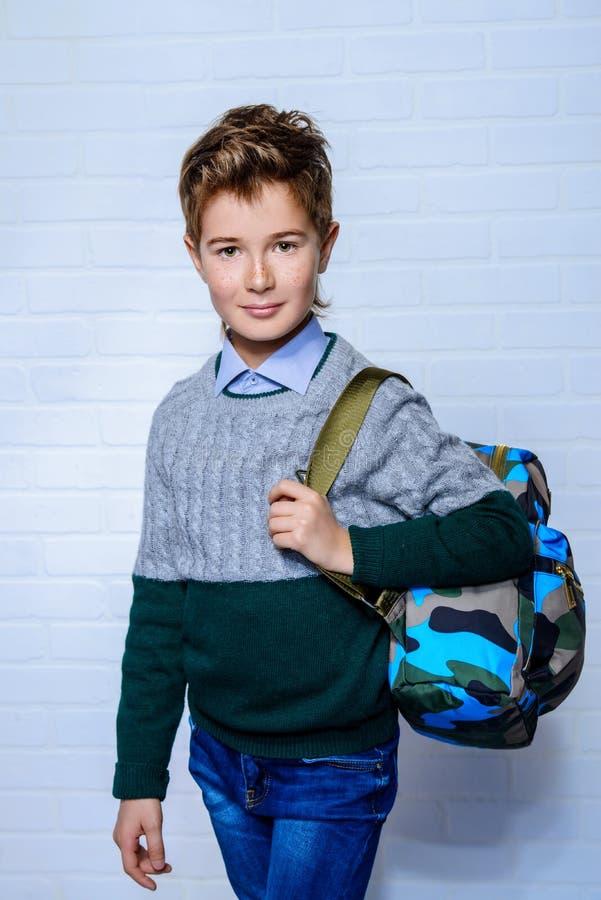 有背包的男孩 免版税库存照片