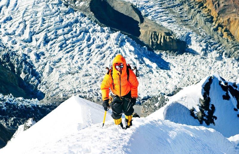 有背包的登山人到达山峰山顶  succ 库存图片