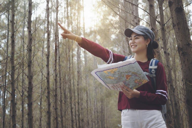 有背包的行家游人享受在旅行的日落 免版税库存图片