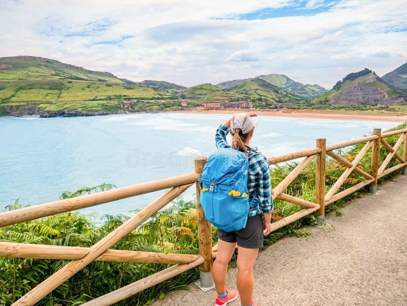 有背包的走孤独的香客Camino de圣地亚哥 图库摄影