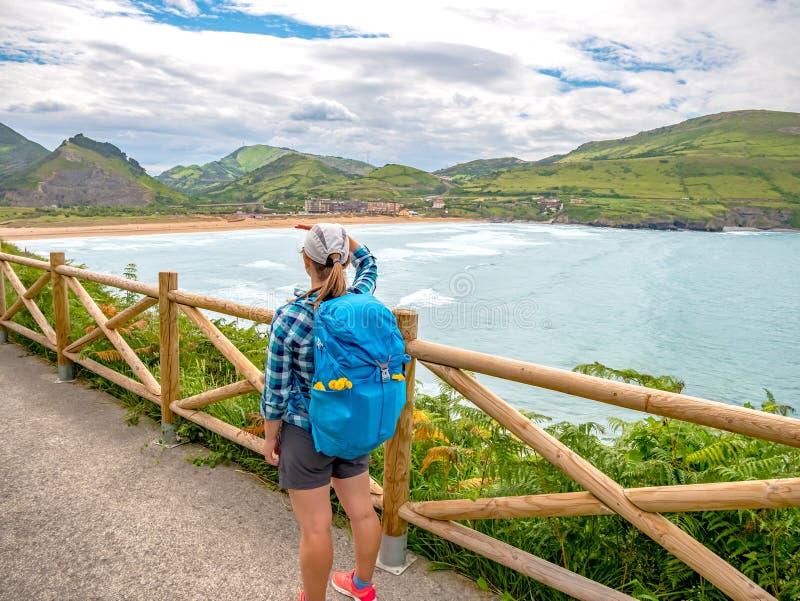 有背包的走孤独的香客Camino de圣地亚哥 库存图片