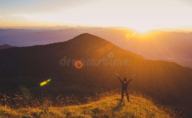 有背包的远足在山的,旅行生活方式成功概念妇女 库存照片