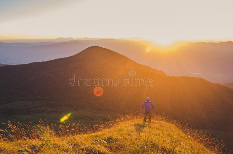 有背包的远足在山的,旅行生活方式成功概念妇女 免版税库存照片