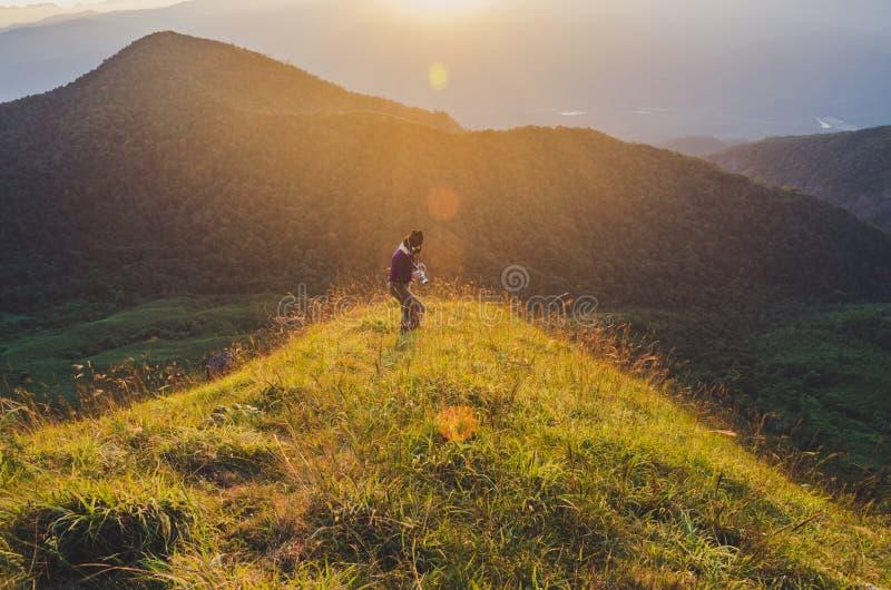 有背包的远足在山的,旅行生活方式成功概念妇女 免版税图库摄影