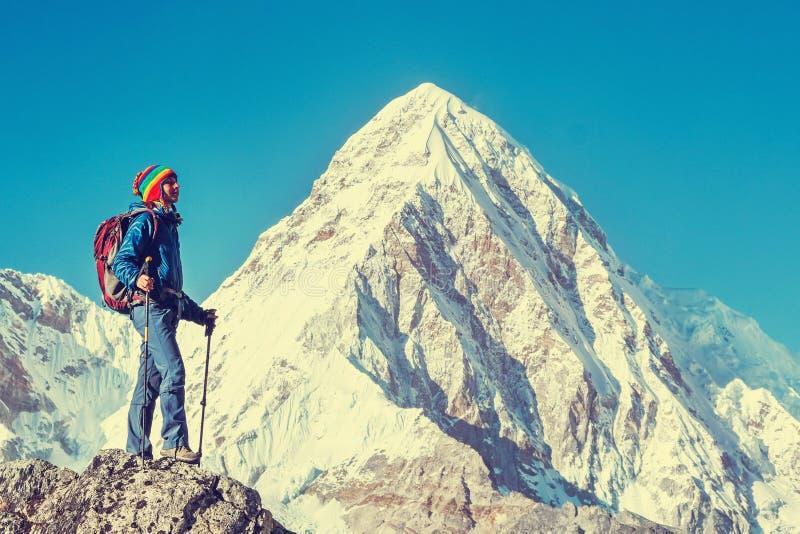 有背包的远足者到达山峰山顶  成功、自由和幸福,在山的成就 有效的体育运动 免版税图库摄影