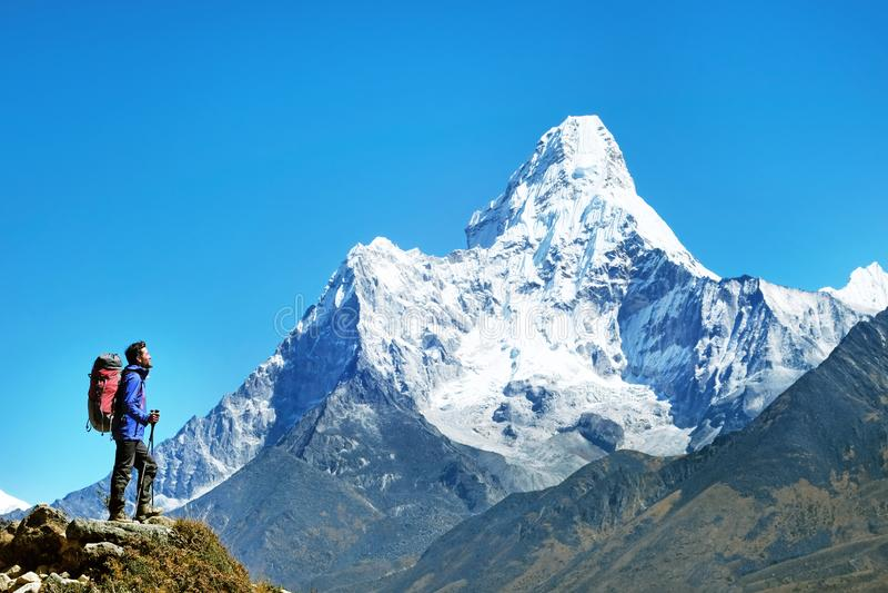 有背包的远足者到达山峰山顶  成功自由和幸福成就在山 有效的体育运动 免版税库存照片