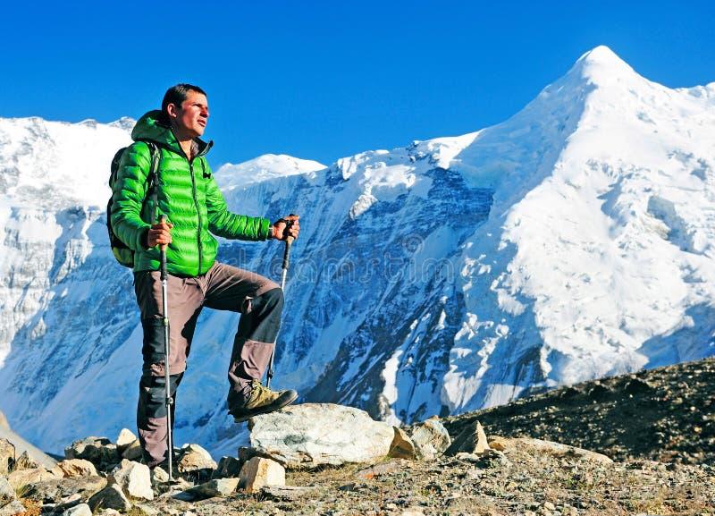有背包的远足者到达山峰山顶  成功自由和幸福成就在山 有效的体育运动 免版税图库摄影