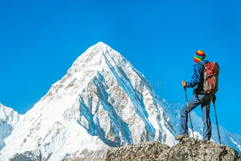 有背包的远足者到达山峰山顶 succes