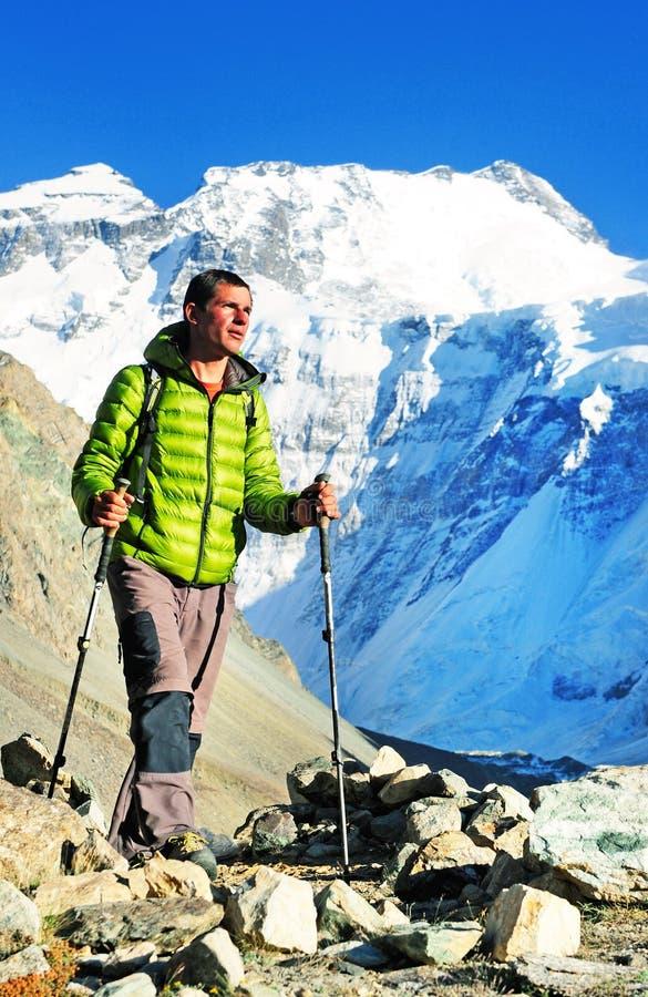 有背包的远足者到达山峰山顶  Succes 免版税库存照片