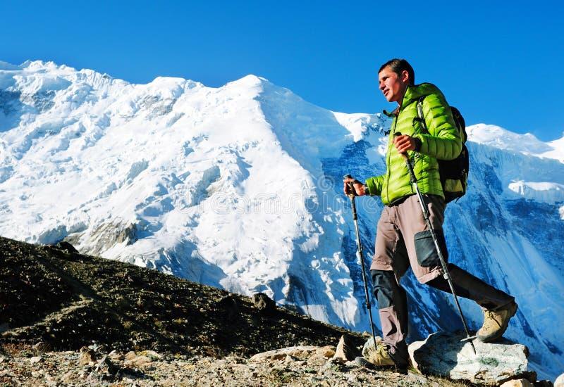有背包的远足者到达山峰山顶  Succes 库存图片
