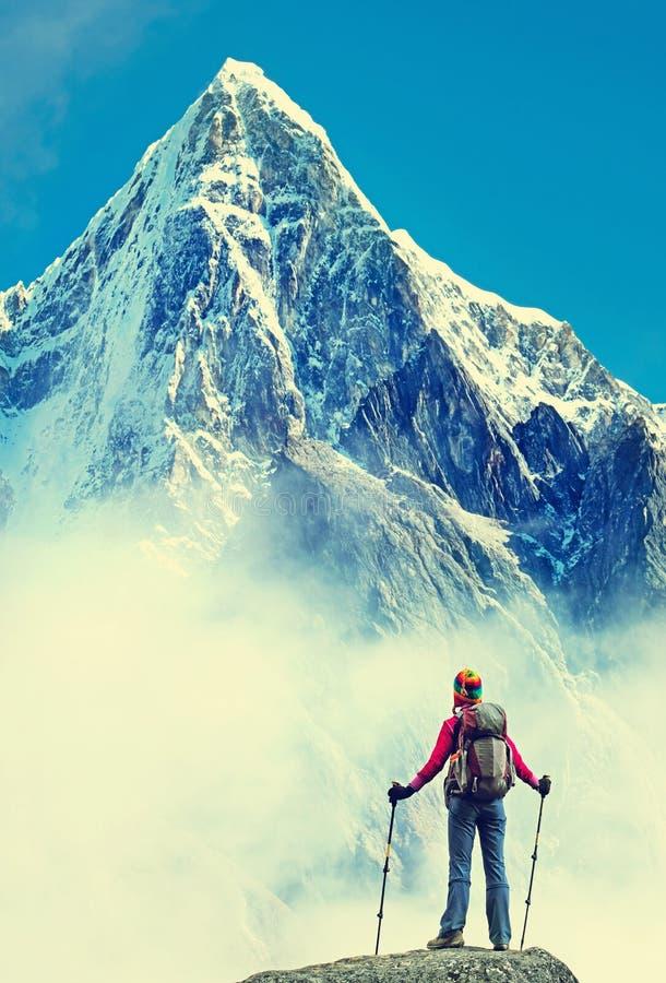 有背包的远足者到达山峰山顶  Succes 免版税库存图片