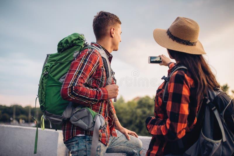 有背包的远足者在游览做selfie 库存图片