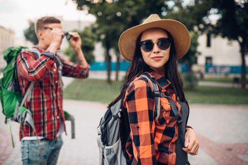有背包的远足者在游览在旅游镇 免版税图库摄影