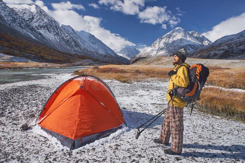 有背包的远足者在野营在春天期间的山 库存图片