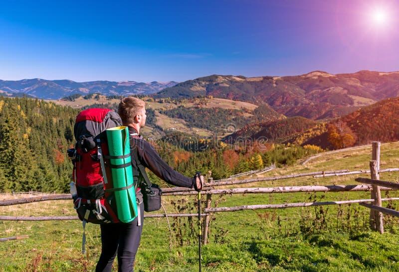 有背包的远足者站立在小山享受山景的 库存图片