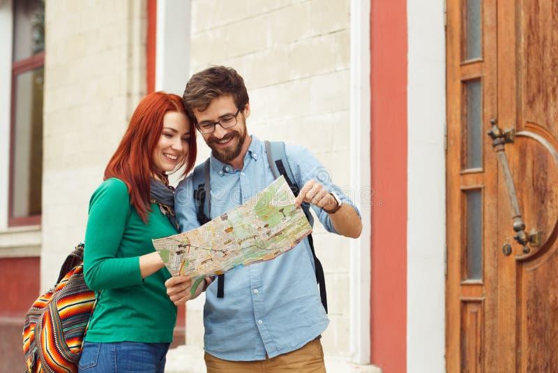 有背包观光的城市的两个年轻游人 库存图片