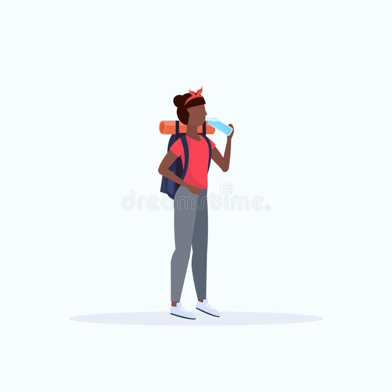 有背包饮用水非裔美国人的女孩旅客的妇女徒步旅行者远足概念全长平的白色的远足的 皇族释放例证