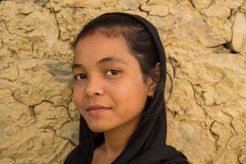 有背景墙壁的俏丽的尼泊尔年轻女人 免版税库存照片