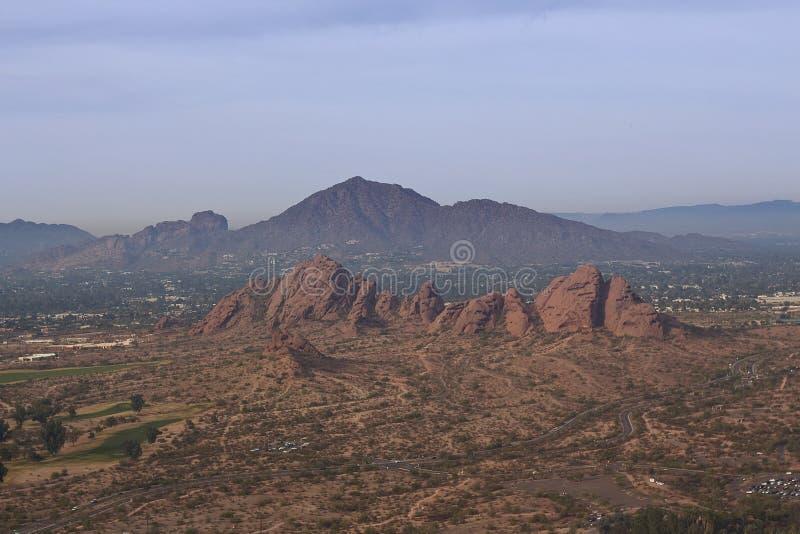 有胎面补料山的Papago公园在菲尼斯,亚利桑那 库存照片
